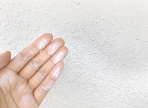 壁を触ると手に粉がつく(チョーキング現象)